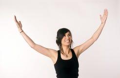 La mujer morena bonita celebra la mirada jubilosa extendida de los brazos Fotografía de archivo libre de regalías