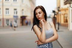 La mujer morena joven en verano viste al aire libre en la ciudad fotos de archivo libres de regalías