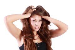 La mujer morena joven toca su pelo Imágenes de archivo libres de regalías