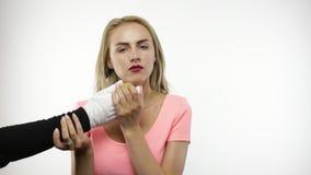 La mujer muerde la pera
