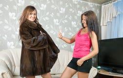 La mujer muestra el nuevo abrigo de pieles Foto de archivo libre de regalías