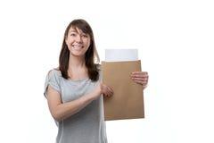 La mujer muestra el sobre imagenes de archivo