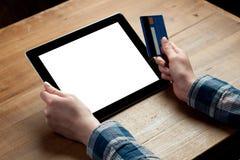 La mujer muestra la pantalla de la tableta digital en sus manos Fotos de archivo