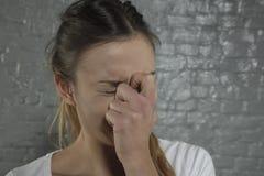 La mujer muestra sus daños de la nariz fotos de archivo