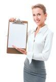 La mujer muestra un sujetapapeles en blanco Imagen de archivo libre de regalías