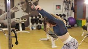 La mujer muscular de la aptitud entrena al tríceps, endereza sus manos abajo almacen de metraje de vídeo