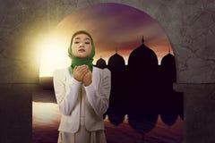 La mujer musulmán asiática ruega a dios Imagen de archivo