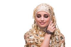 La mujer musulmán en la cubierta del oro aislada en blanco imagenes de archivo