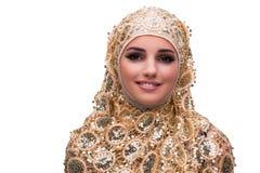 La mujer musulmán en la cubierta del oro aislada en blanco foto de archivo