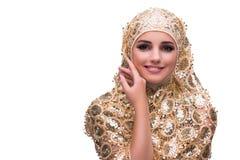 La mujer musulmán en la cubierta del oro aislada en blanco imágenes de archivo libres de regalías
