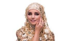 La mujer musulmán en la cubierta del oro aislada en blanco fotografía de archivo