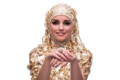 La mujer musulmán en la cubierta del oro aislada en blanco fotografía de archivo libre de regalías