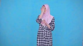 La mujer musulmán joven utiliza la crema de cara almacen de video