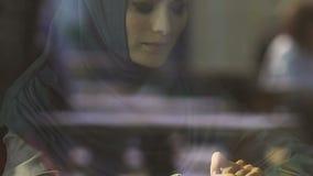 La mujer musulmán triste se preocupó de las dificultades en la inmigración, refugiados militares almacen de video