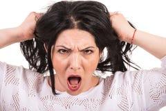 La mujer muy furiosa tira de su pelo Foto de archivo libre de regalías