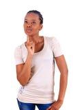 La mujer negra africana joven hermosa piensa foto de archivo