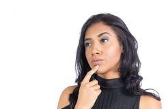 La mujer negra está con su finger en su barbilla y el pensamiento en lo que imagen de archivo libre de regalías