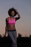 La mujer negra está haciendo estirando la relajación y el calentamiento del ejercicio Fotos de archivo libres de regalías