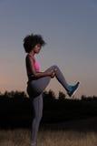 La mujer negra está haciendo estirando la relajación y el calentamiento del ejercicio Imagenes de archivo