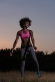 La mujer negra está haciendo estirando la relajación y el calentamiento del ejercicio Fotografía de archivo libre de regalías