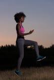 La mujer negra está haciendo estirando la relajación y el calentamiento del ejercicio Fotografía de archivo