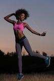 La mujer negra está haciendo estirando la relajación y el calentamiento del ejercicio Foto de archivo libre de regalías