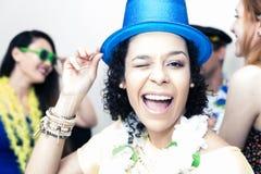 La mujer negra está llevando un sombrero de copa y una sonrisa azules Pieza de Carnaval Imagenes de archivo
