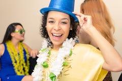 La mujer negra está llevando un sombrero de copa y una sonrisa azules Pieza de Carnaval Fotos de archivo libres de regalías