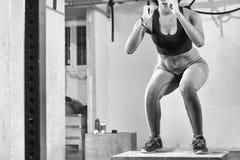 La mujer negra está realizando saltos de la caja en el gimnasio Imágenes de archivo libres de regalías