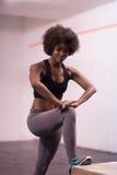 La mujer negra se está preparando para los saltos de la caja en el gimnasio Imagen de archivo