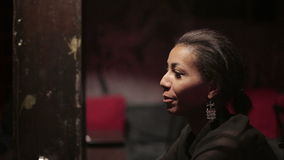 La mujer negra y el hombre blanco hacen diálogo en el restaurante Diversos amigos de la raza almacen de metraje de vídeo
