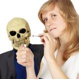 La mujer no entendía cómo el fumar peligroso Fotografía de archivo libre de regalías