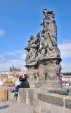 La mujer no identificada toma una fotografía con la estatua en Charles Brid Imágenes de archivo libres de regalías