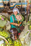 La mujer no identificada vende las flores encendido Fotos de archivo libres de regalías