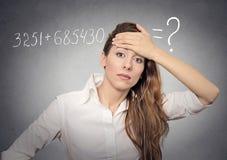 La mujer no puede solucionar el problema de matemáticas Imagenes de archivo