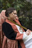 La mujer noble escribe el documento con la pluma de canilla Fotos de archivo