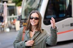 La mujer nuevamente llegada saluda su mano después de bajar del subterráneo en Sevilla, España foto de archivo