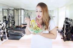 La mujer obesa come a las cintas métricas Imagenes de archivo