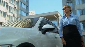 La mujer ocupada sale del coche, lanza los documentos, secretaria torpe en el trabajo odioso metrajes