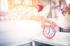 la mujer odia despertar temprano por la mañana Tacto soñoliento de la muchacha en fotos de archivo libres de regalías