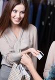 La mujer paga con de la tarjeta de crédito Imágenes de archivo libres de regalías