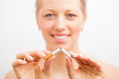 La mujer paró el fumar Fotos de archivo