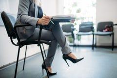 La mujer pasa la entrevista en oficina, caza principal fotos de archivo