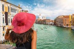 La mujer pasa por alto el canal grande en Venecia foto de archivo libre de regalías