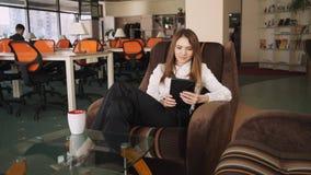 La mujer pasa tiempo libre en el Co-trabajo de A Ella que lee noticias divertidas en la red social almacen de video