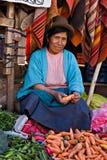 La mujer peruana vende vehículos en el mercado, Pisac Fotografía de archivo