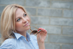 La mujer piensa en algo Imagen de archivo libre de regalías