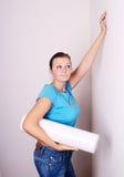 La mujer piensa en la reparación Imagen de archivo