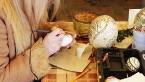 La mujer pinta el huevo de Pascua almacen de video