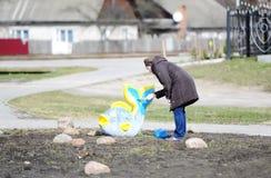 La mujer pinta una estatua de pescados foto de archivo